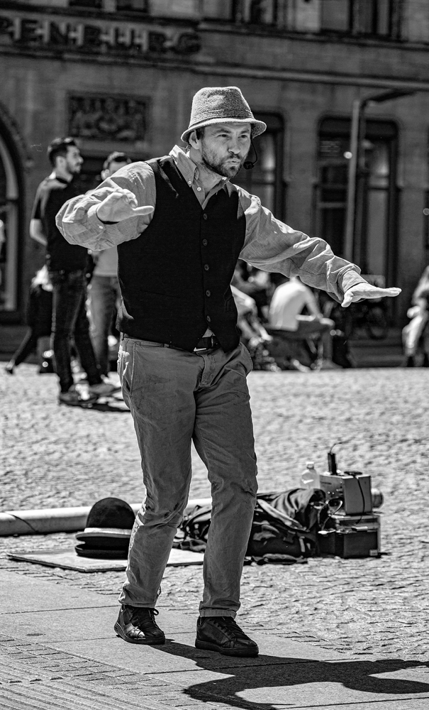 The Street Entertainer (2) - Richard Broom Photography